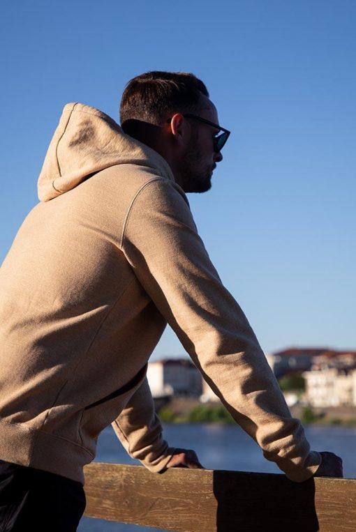 homme adossé contre une rembarde avec un sweat à capuche Pitumarka