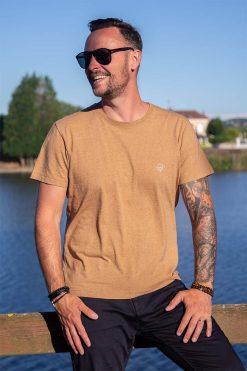 homme qui pose avec son t-shirt pitumarka en coton bio marron couleur naturelle - Pitumarka