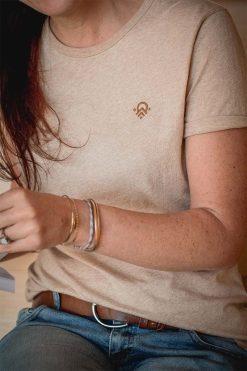 tshirt en coton bio couleur naturelle sable portée par Céline - pitumarka