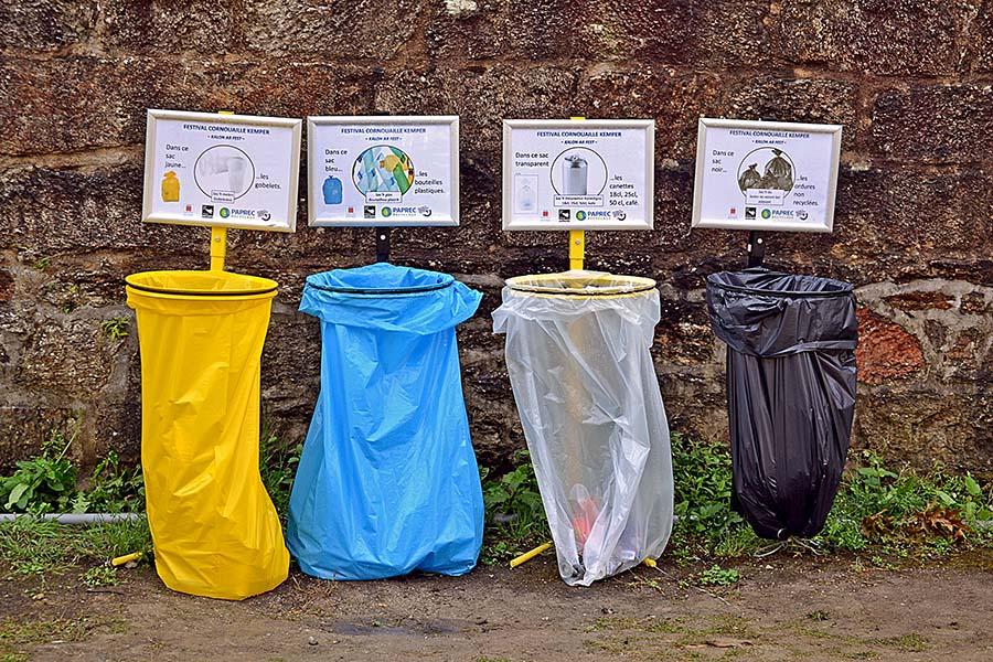 plusieurs poubelles de tri sélectif