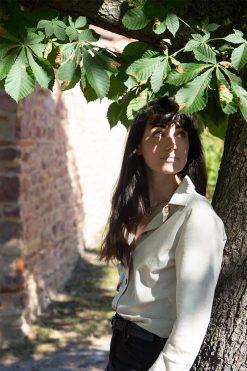 femme adossée contre un arbre avec sa chemise en coton bio avocat pitumarka