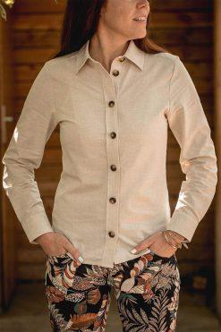 Céline porte la chemise en coton bio non teint - pitumarka
