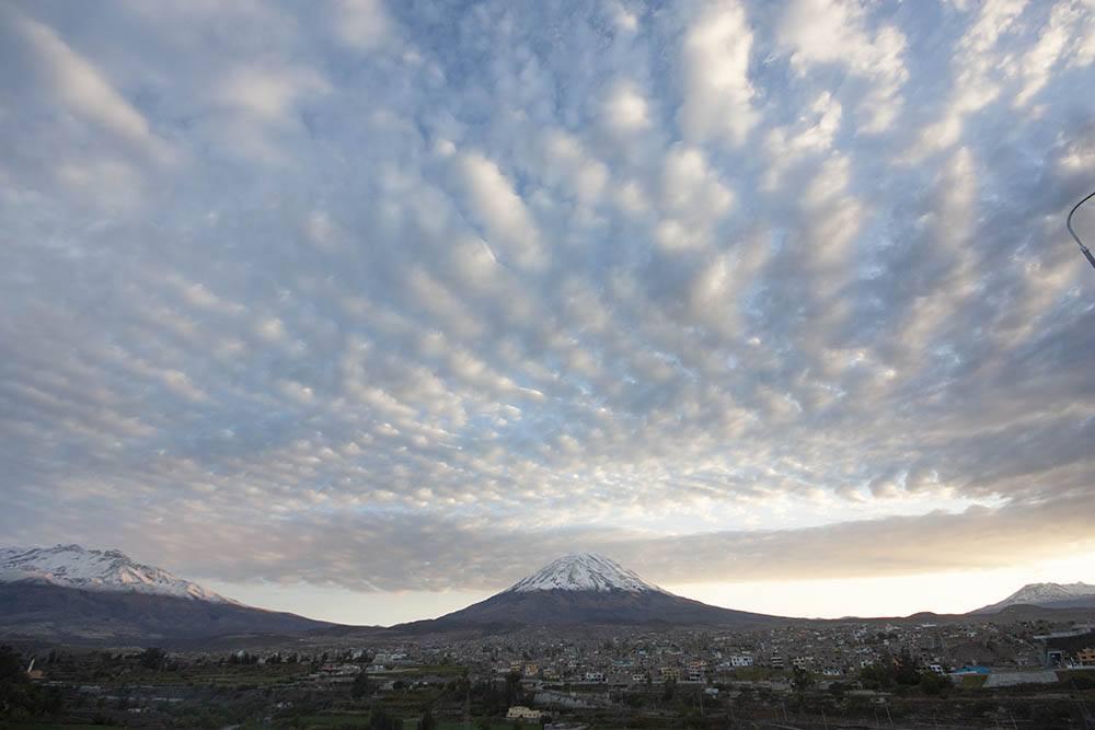 vue de volcans enneigés d'arequipa - pitumarka