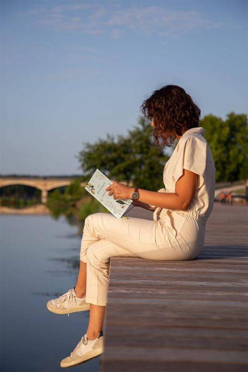 femme qui lit un livre avec sa combinaison pantalon pitumarka