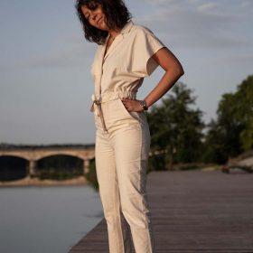femme portant sa combinaison pantalon pitumarka sur les bords de Loire