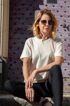 femme assise qui porte son t-shirt en coton bio beige pitumarka