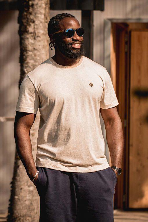 homme souriant avec son t-shirt misti en coton bio couleur naturelle pitumarka