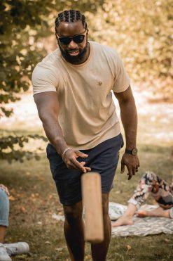 homme qui joue au mollky avec son t-shirt misti en coton bio couleur naturelle pitumarka