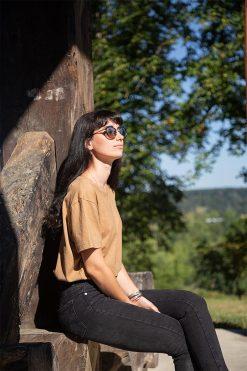 femme assise sur un pressoir avec son t-shirt marron pitumarka