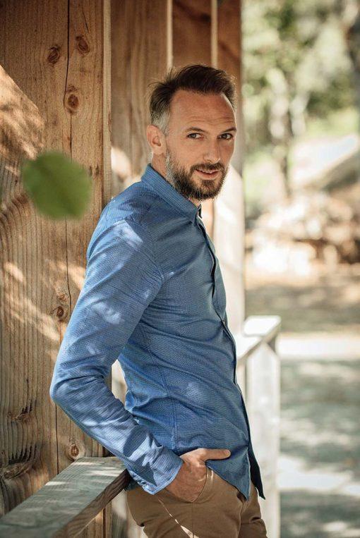 Homme de profil avec sa chemise en coton bio pima pitumarka