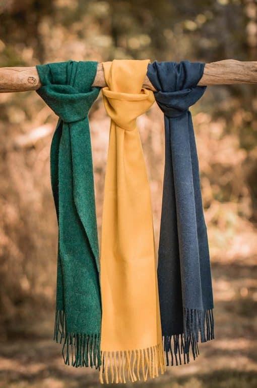 écharpes baby alpaga multi couleur posées sur un bois cramé - pitumarka
