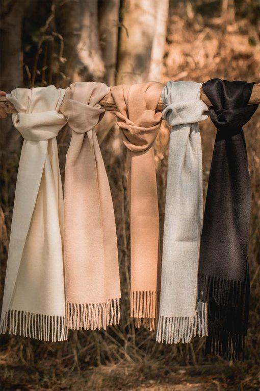 écharpes en royal alpaga couleurs naturelles posées sur un bois cramé - pitumarka