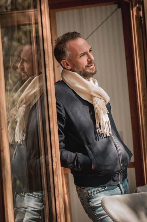homme avec son écharpe en royal alpaga blanche couleur naturelle - pitumarka