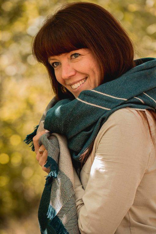 Femme portant une étole en baby alpaga bleue pitumarka à chevrons