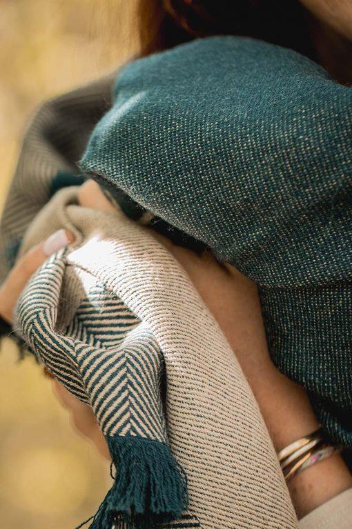 zoom sur une étole pitumarka en baby alpaga à chevrons