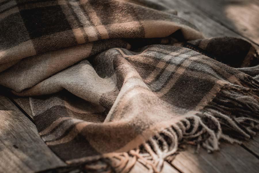 détail d'une étole baby alpaga à carreaux couleur marron - pitumarka