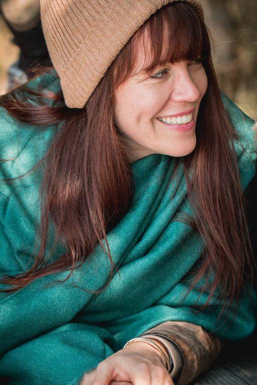 Etole en royal alpaga couleur verte portée par une femme - pitumarka