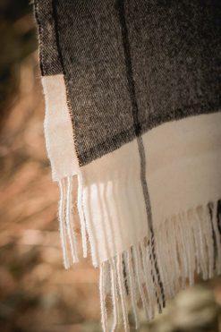 zoom sur le tissu en baby alpaga d'une étole pitumarka