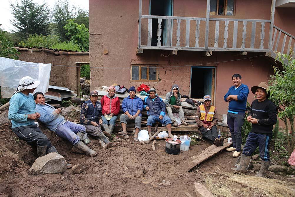 habitants de la communauté d'Amaru venu aider pour construire une maison - pitumarka