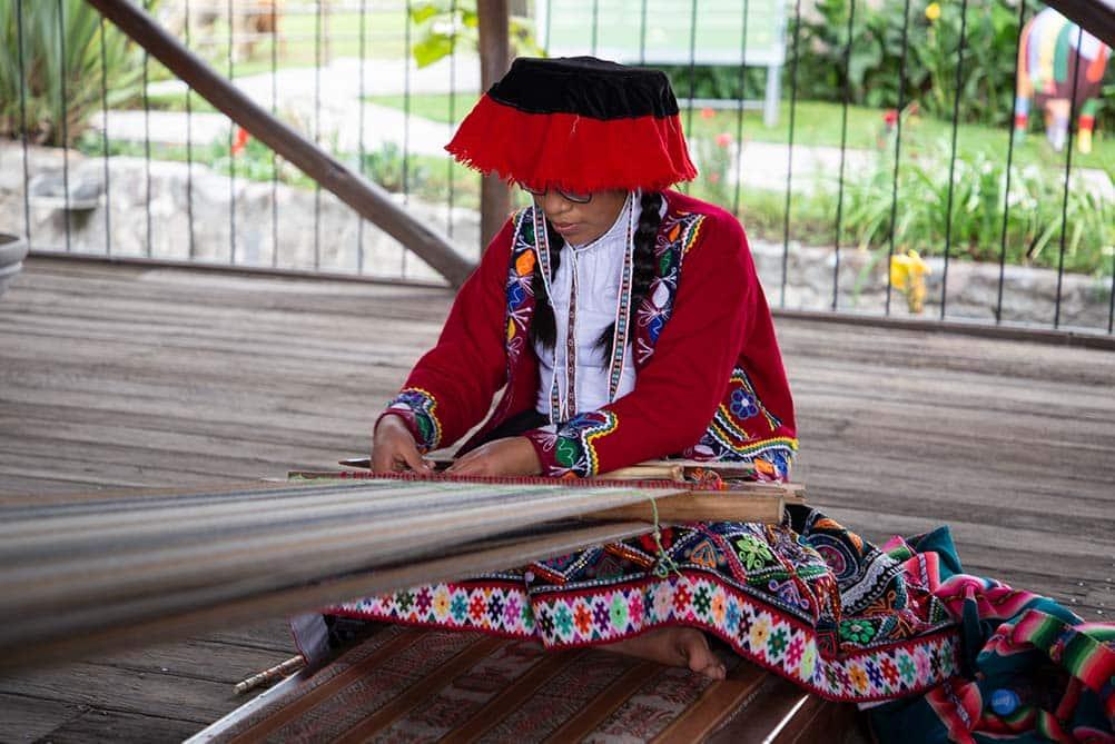 femme tissant la laine d'alpagaa avec la technique de ceinture - pitumarka