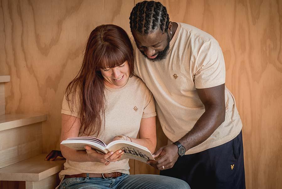 homme et femme lisent un livre avec leur tshirt pitumarka en coton bio non teint