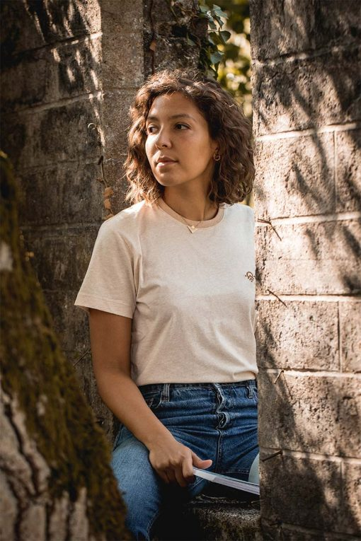 t-shirt unisexe Misti en coton bio non teint beige porté ici par une femme - pitumarka